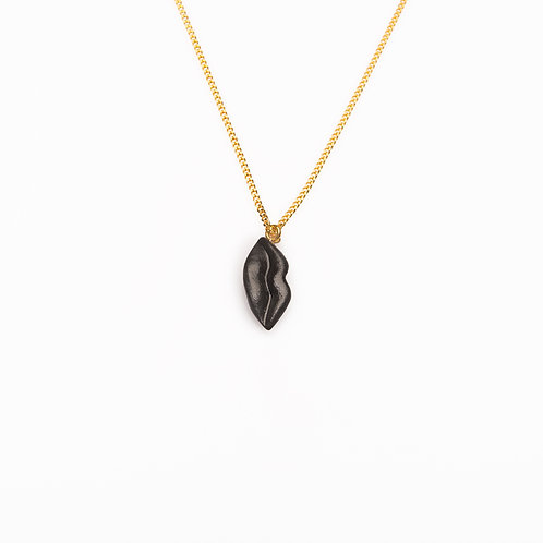 BLACK S VERTICAL LIPS NECKLACE