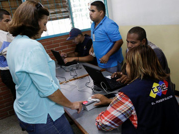Maduro aprueba 2,3 millardos de bolívares para tarjetas solidarias