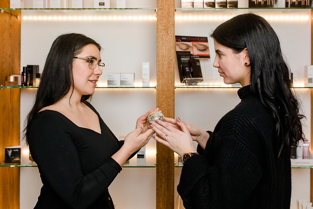 Anja Simone Photography Businessportrait - Kundenberatung Aurora Cosmetics Bern - Kosmetikprodukte