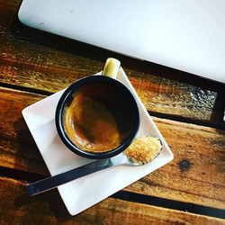 咖啡,是跟表演藝術和每天的生活,一樣重要的事。  以9個大氣壓將熱水強壓穿過咖啡