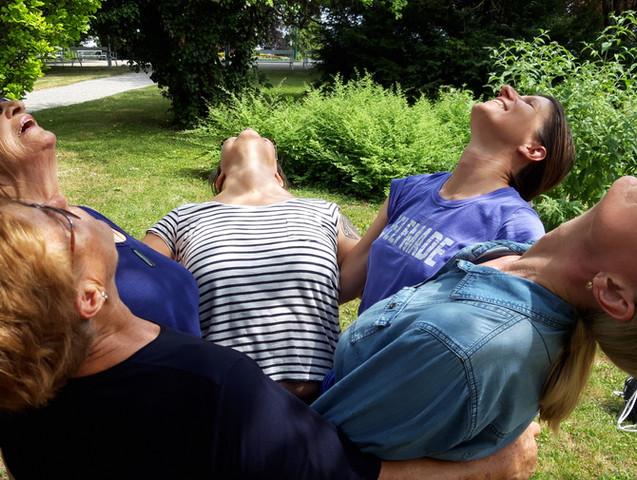 Sabine Stix und ältere Menschen beim Yogawalk in Wien