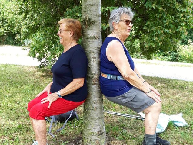 Yogaübung beim Yogawalk mit älteren Menschen Wien