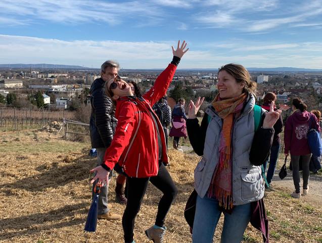 Yogawalk in Wien mit Sabine Stix und jungen Menschen