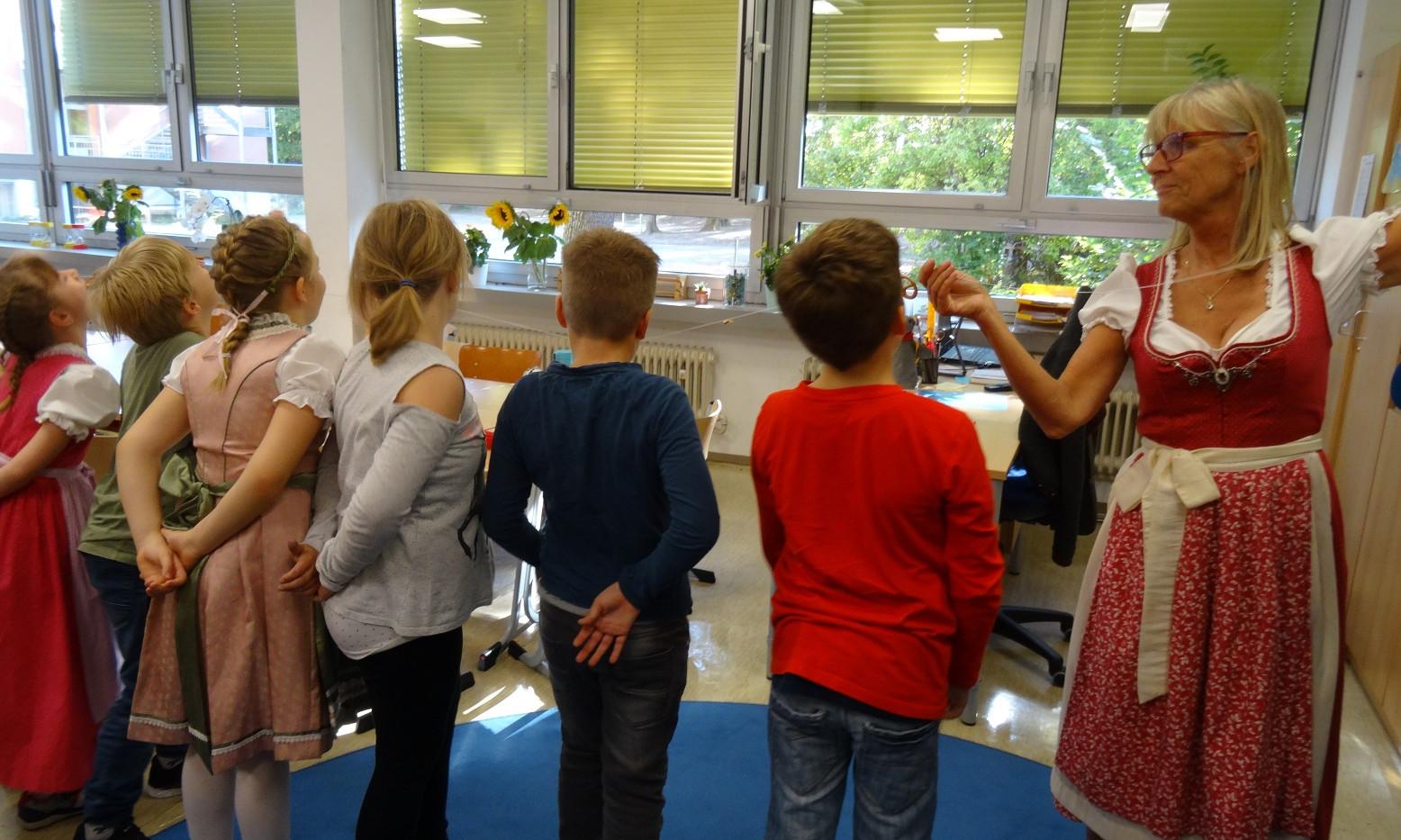 """Wiesen-Fest in den ersten Klassen mit """"Brezelschnappen"""""""