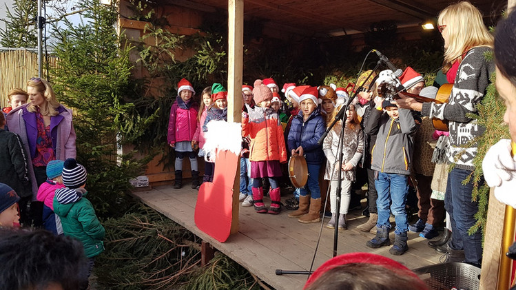 Kinder der Grundschule Krailling singen auf dem Christkindlmarkt