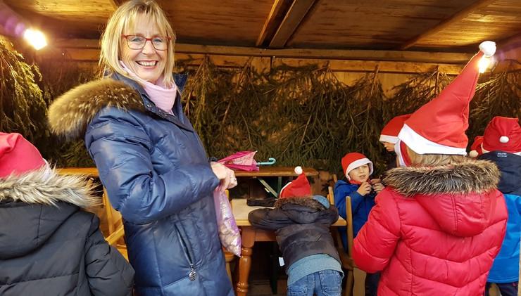 Kinder der Gruindschule singen auf dem Christkindlmarkt