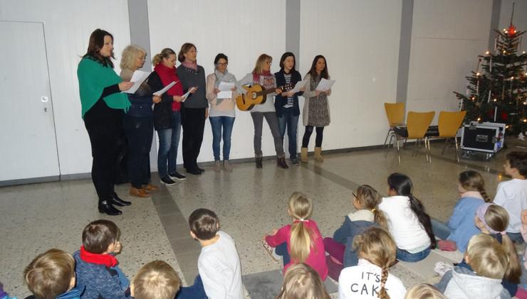 Unser Lehrerchor singt bei der gemeinsamen Adventsfeier in der Aula