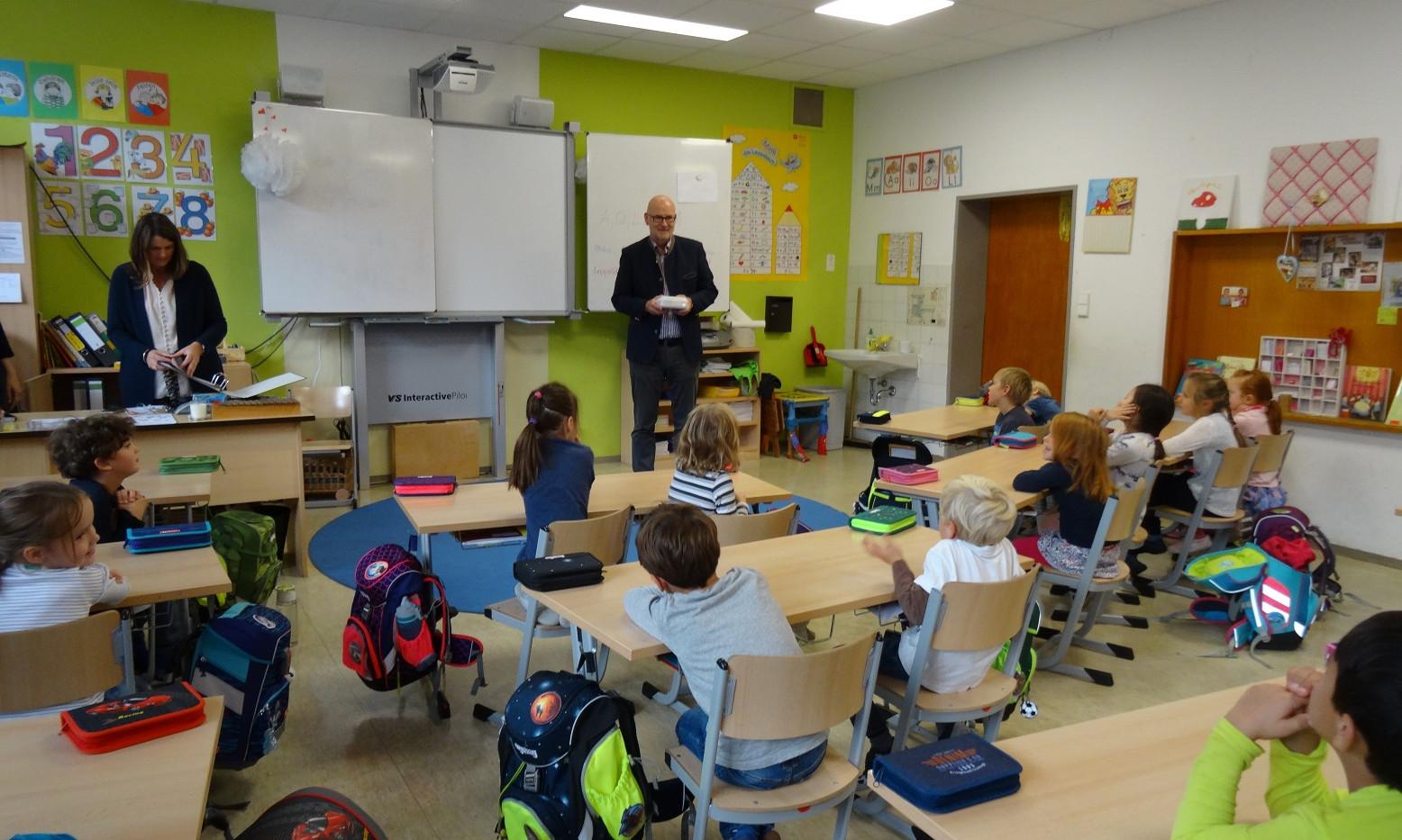 Herr Bürgermeister Haux überreicht den 1.Klassen Bio-Brotzeitboxen für ein gesundes Pausenbrot