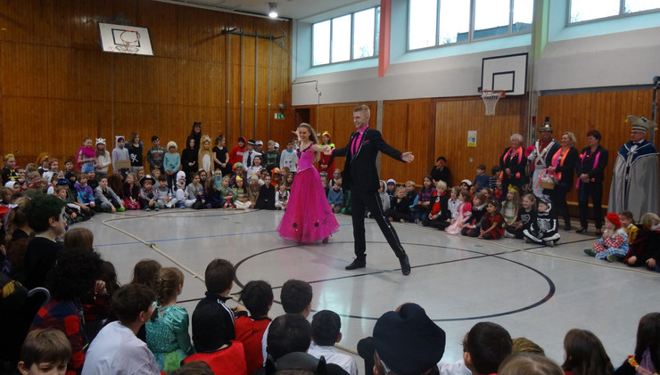 Das Faschingsprinzenpaar besucht die Grundschule Krailling und tanzt einen Walzer für uns