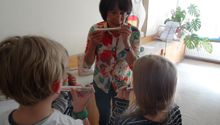 Die Musikschule stellt den Schulkindern verschiedene Instrumente vor