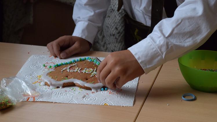 Verzieren von Wiesn-Lebkuchenherzen (2.Klasse)