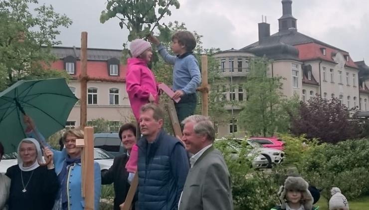 Kinder der GS Krailling nehmen am Jubiläum im Gartenbauverein teil