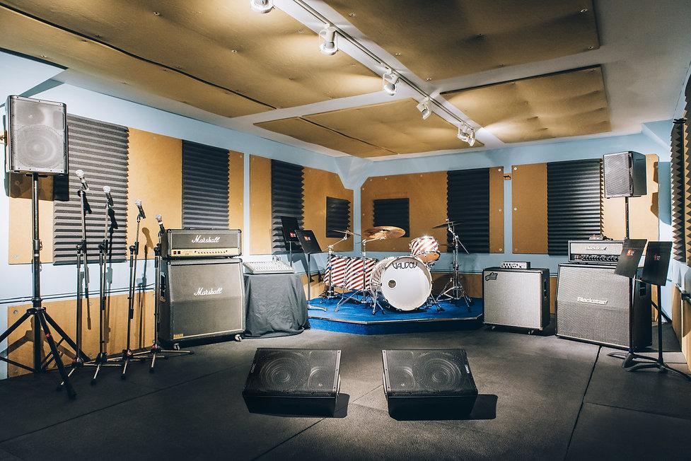 Réservez dès maintenant notre studio Le Club en ligne ou en appelant au 514-769-6515. Studios de répétition et enregistrement. Location et magasin de musique.