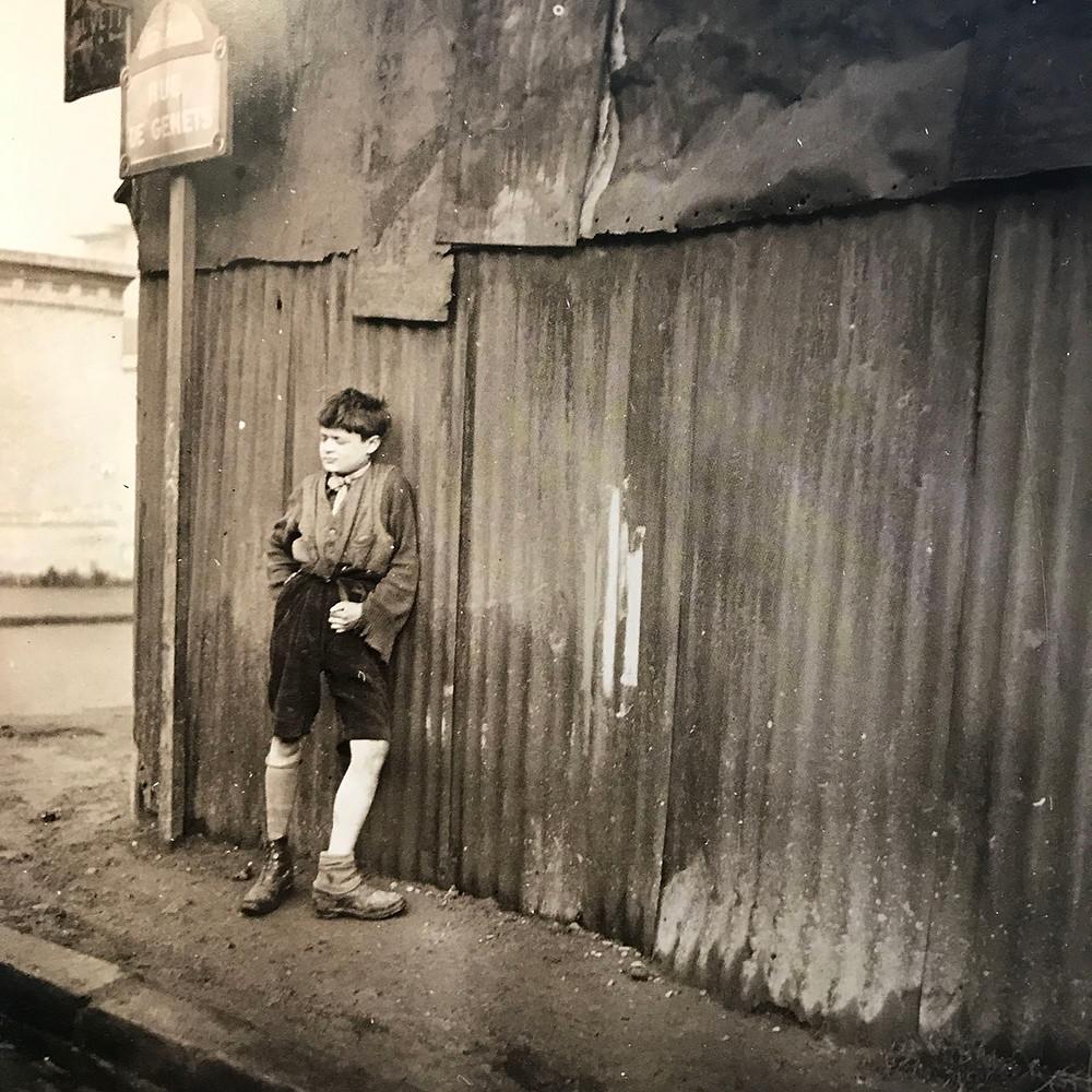 Ragazzino con le scarpe spaiate, 1933, fotografia di Dora Maar