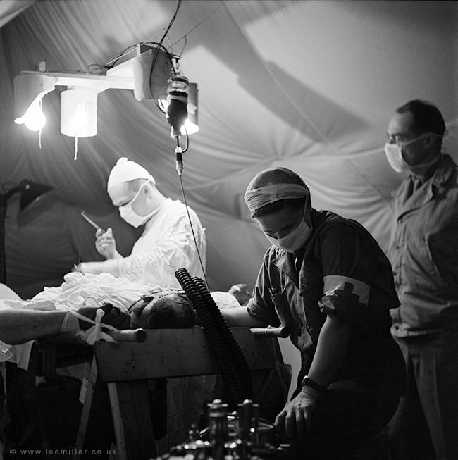 Chirurgo e Anestesita, fotografia © Lee Miller