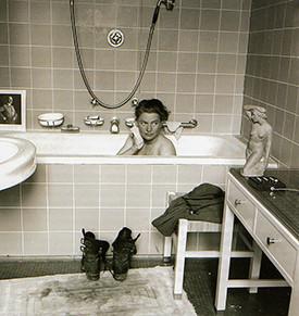 Lee Miller nella vasca da bagno di Hitler, © David Sherman 1945