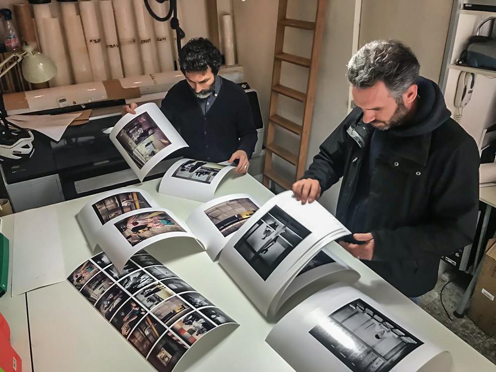 Controllo delle stampe fine art realizzate da Roberto Properzi per la mostra