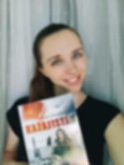 Evgeniya Zakusylo con Libro.jpg