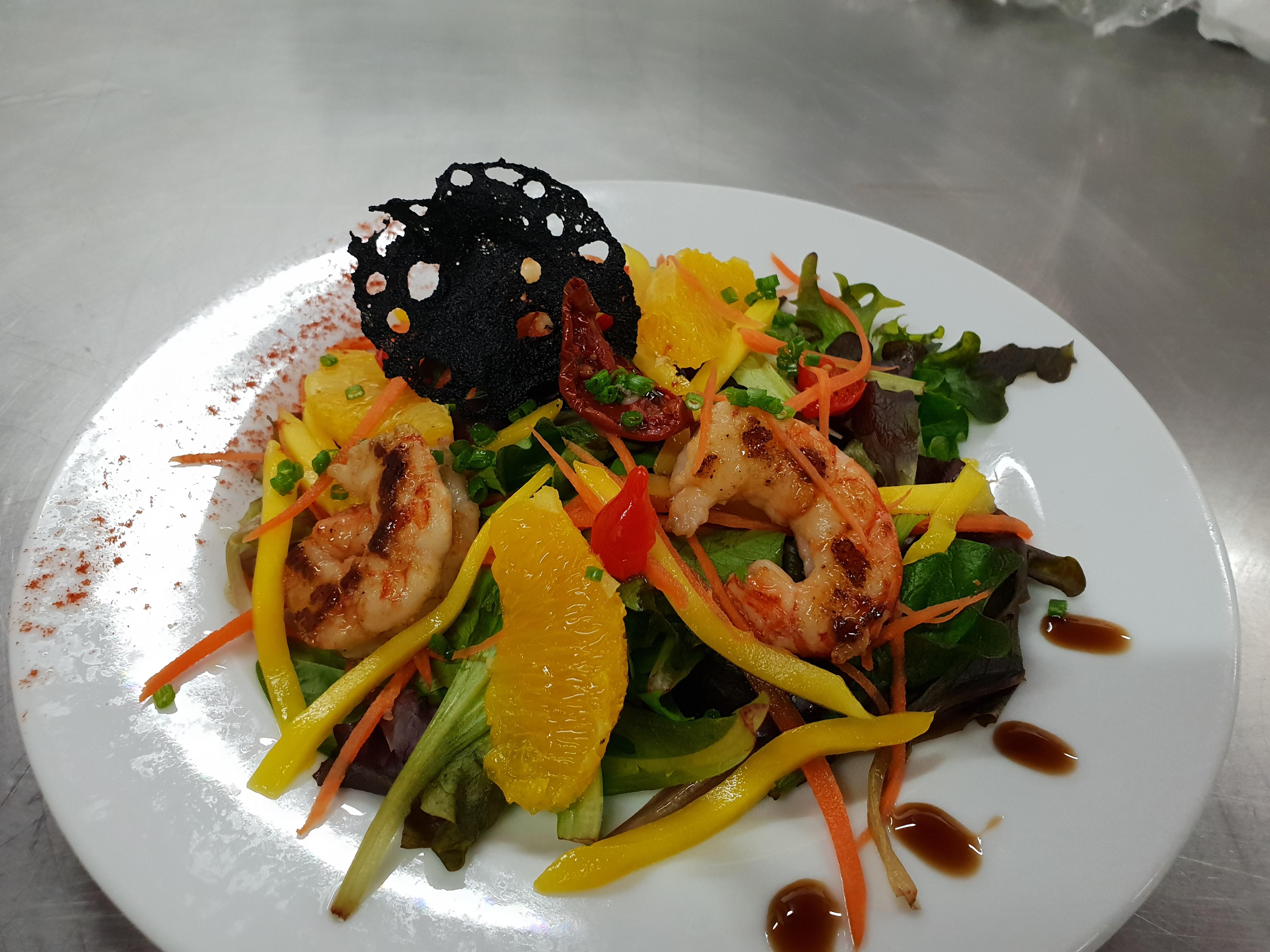 Salade de mangue et crevettes à la vinaigrette à l'orange et basilic