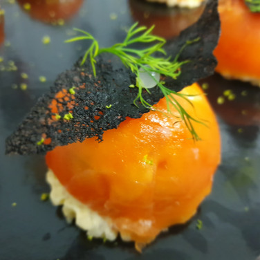 Dôme de saumon fumé et perles marine et tuile à l'encre de seiche