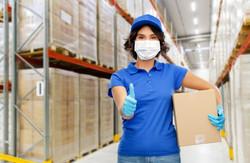 mujer en almacén con protección por covid-19