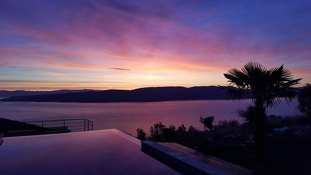 Sonnenaufgang lila über Pool und Palme.jpg