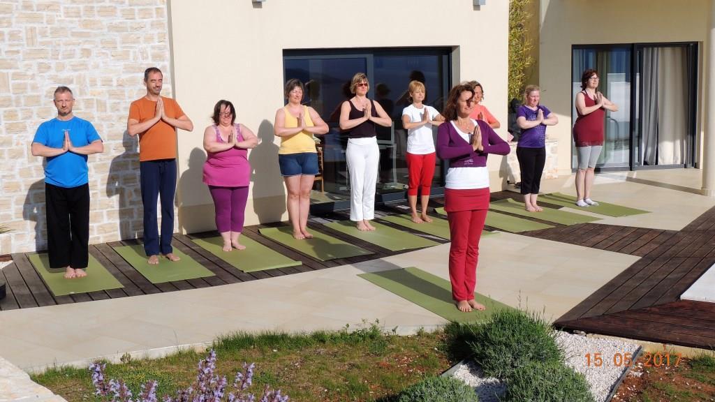 Yoga vor der Villa