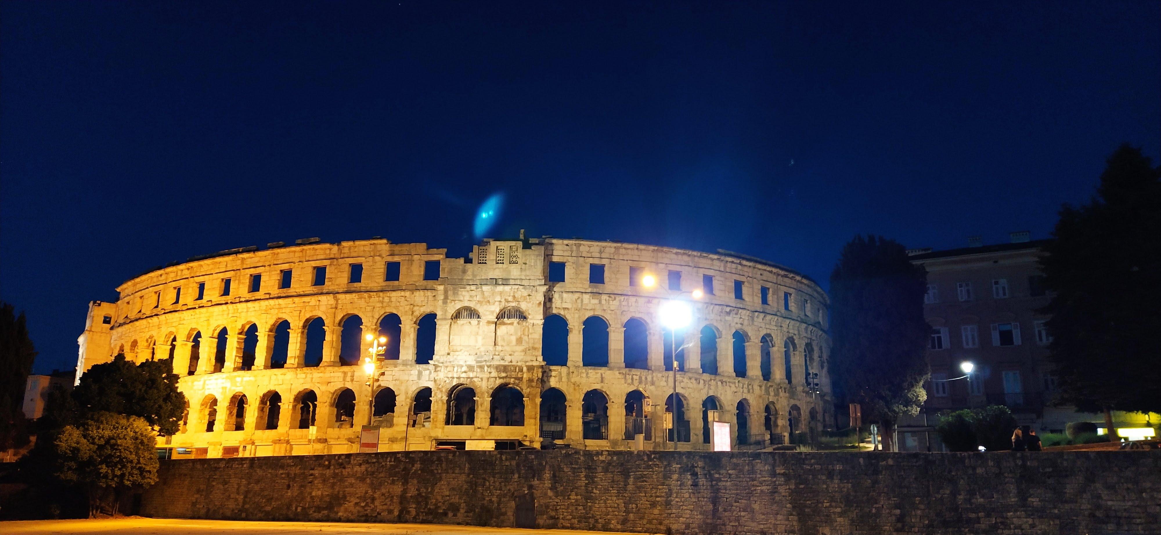 Arena Pula bei Nacht