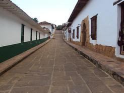 Calles_de_Barichara_en_perspectiva._Sector_Antiguo_del_Municipio_de_Barichara._Colombia.jp