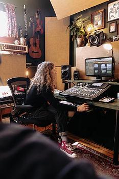 Rich Bond mixing at Wise Tree Studios - © Marieke Macklon