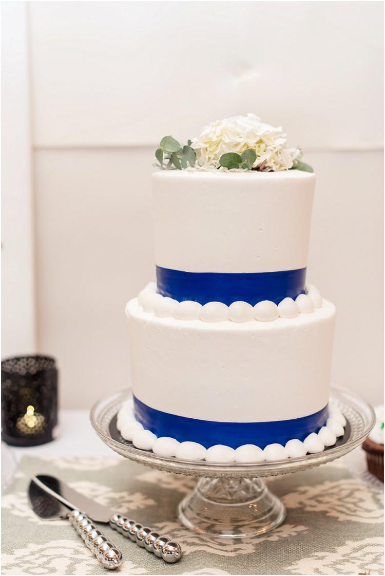 two-tier-wedding-cake-at-minnesota-wedding-by-green-bay-wedding-photographer-kyra-rane-photography