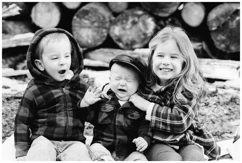 siblings-sitting-together-at-northwoods-lifestyle-session-by-milwaukee-wedding-photographer-kyra-rane-photography