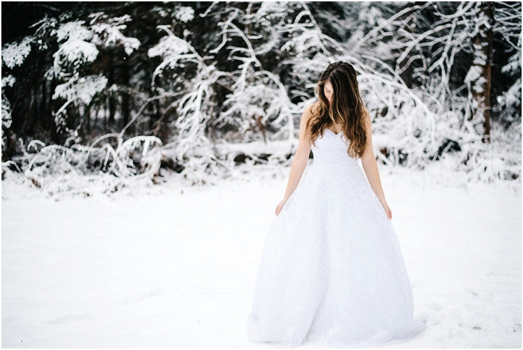 winter-bride-standing-in-snow-at-wisconsin-winter-bridal-portraits-by-gree-bay-wedding-photographer-kyra-rane-photography