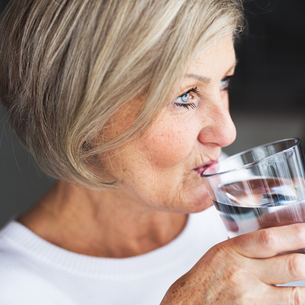 Kaqun water per glas