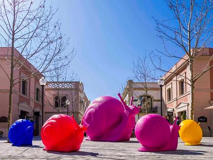 "La Roca Village hosts the First ""Cracking Art"" Exhibit in Spain"