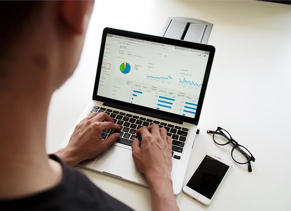 Marketing manager analizza dati statistici