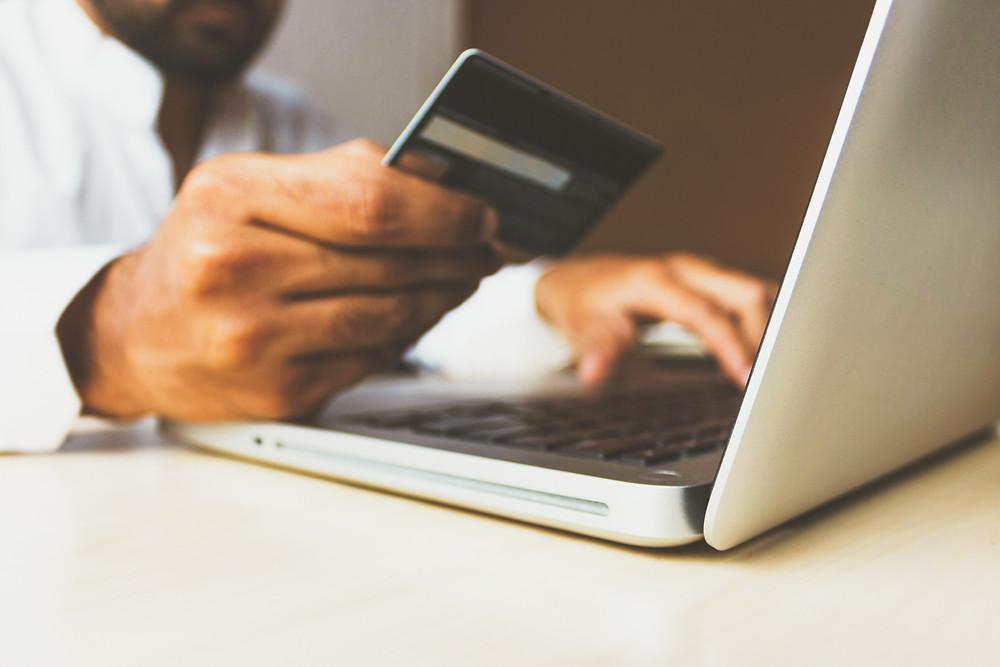 mano con carta di credito e pc