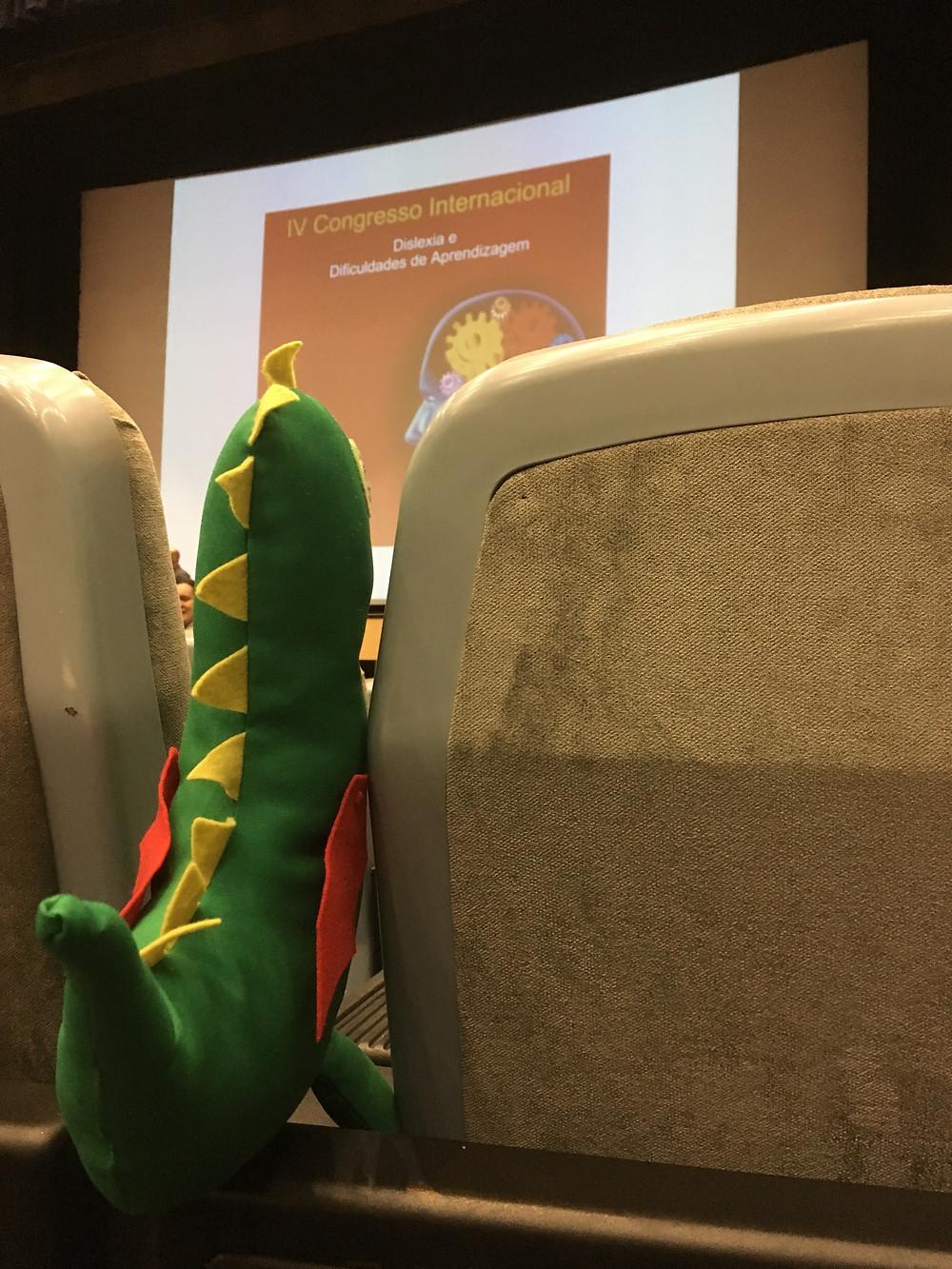 dragão Dom assistindo ao congresso