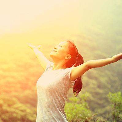 El alcanzar hacia fuera al Sol