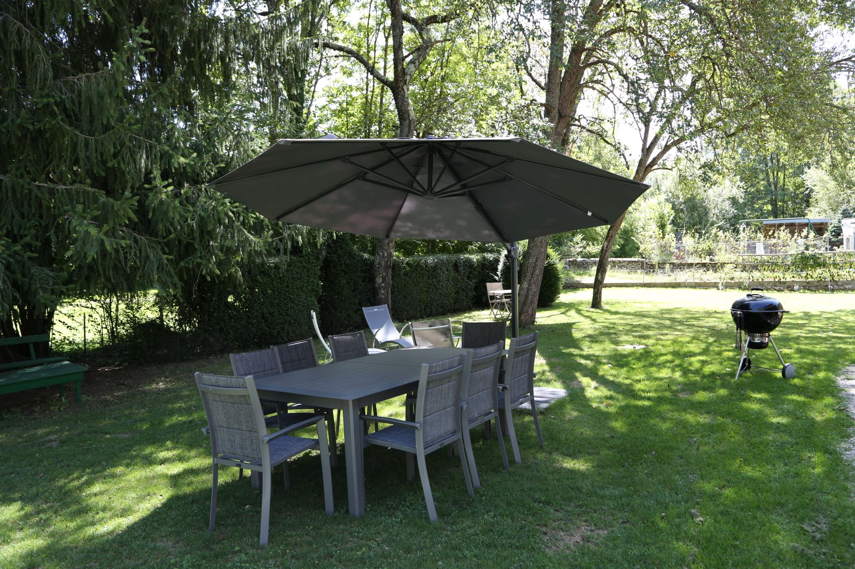 Table de jardin avec barbecue