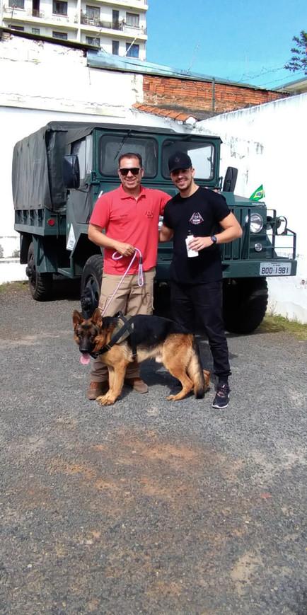Prof. Henrique e o aluno Kelvim... Em nossa aula de condução de cães.