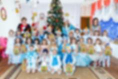 Новогодняя фотография в детском саду. Дети и дед мороз.