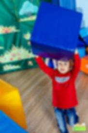 Дети строят из кубиков домик на празднике. Фотографы Белгорода фотографируюь детей