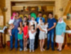Крестные родители и гости на крестинах.