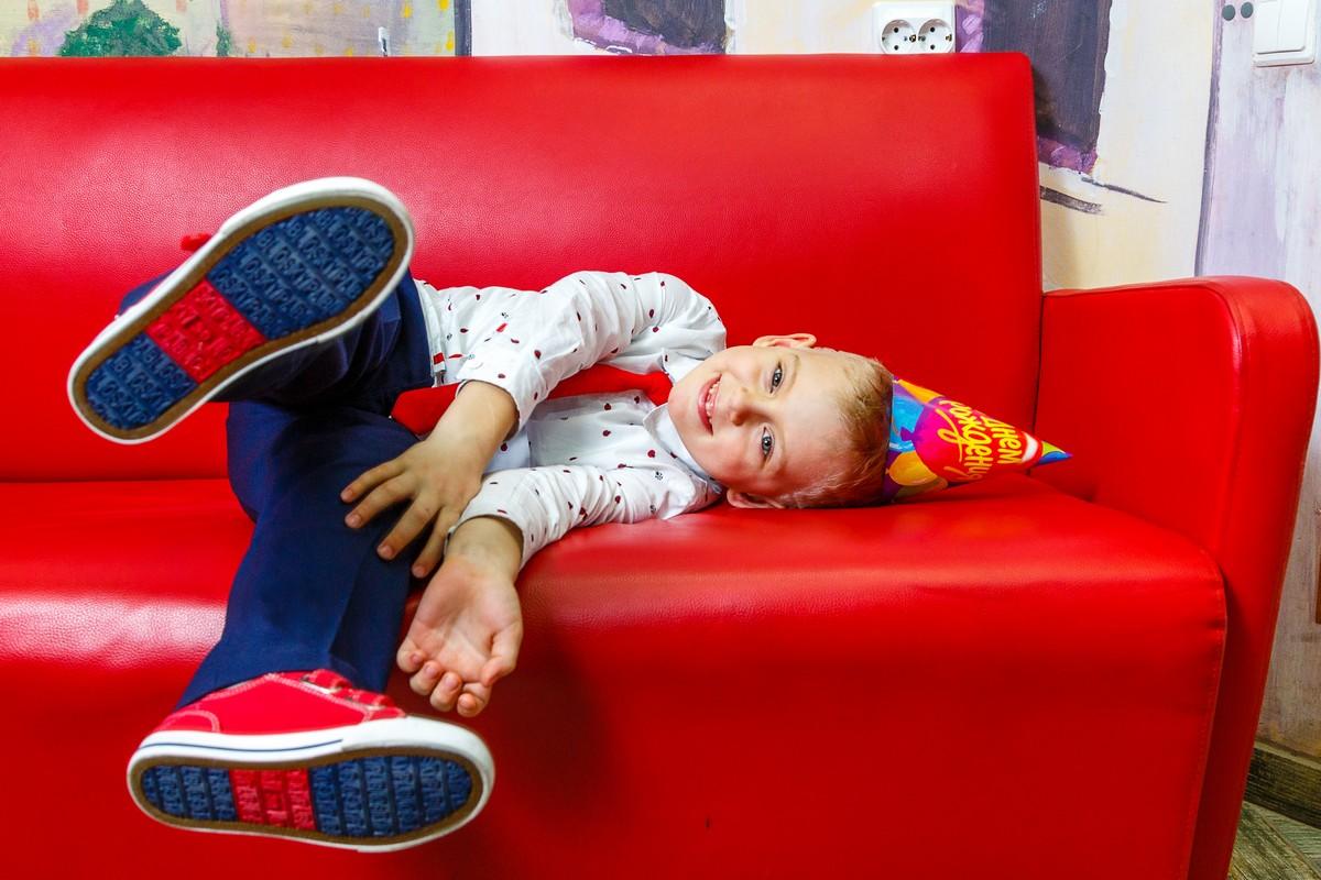 Мальчик играется на празднике
