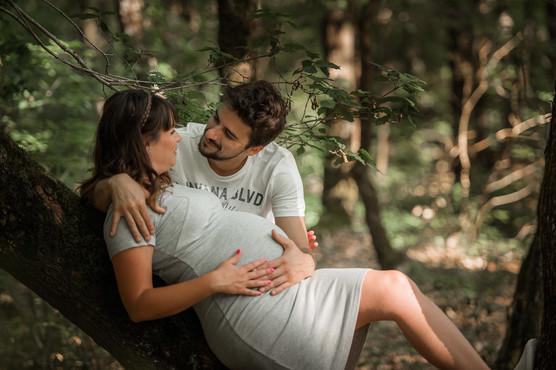 couple femme enceinte  allongé.