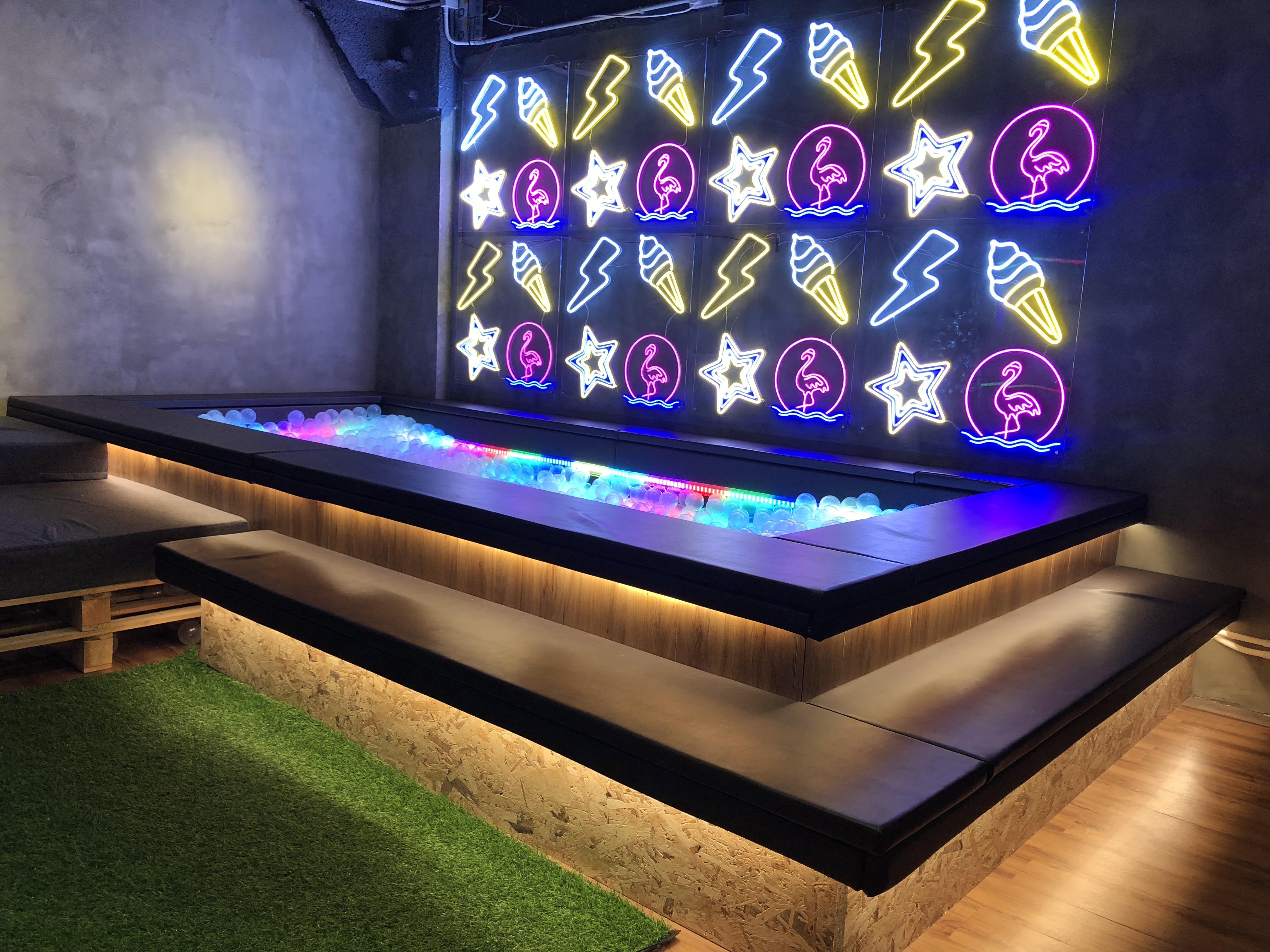 LED Ball Pit