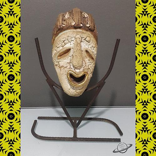 Máscara Africana Replica em Metal Guere com pedestal