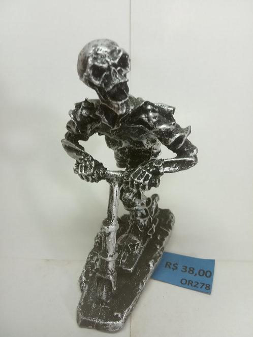 Estatueta caveira no skate em resina