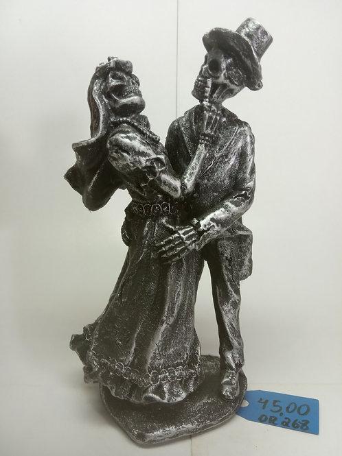 Estatueta casal de caveira em resina